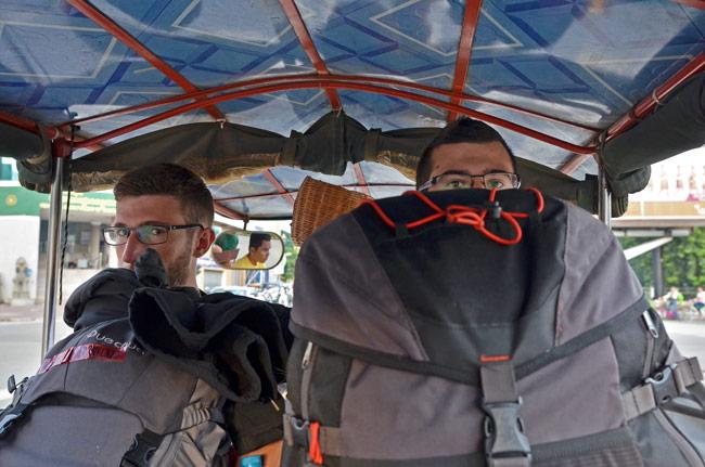 Cargados con nuestras mochilas en un Tuk-Tuk rumbo al aeropuerto de Phnom Penh (Camboya)