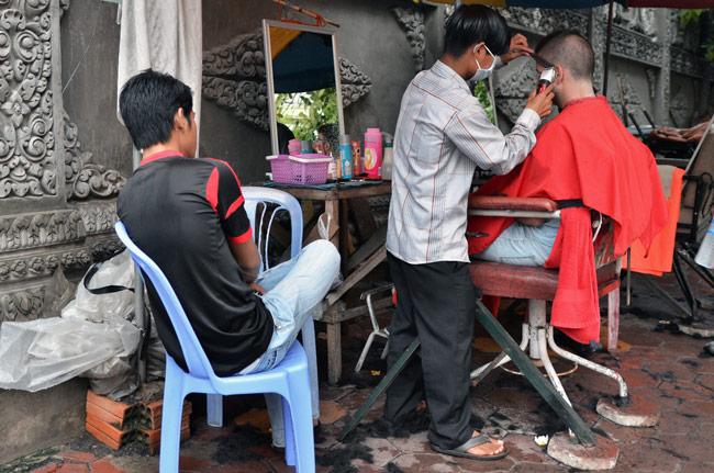 Cortándonos el pelo en una peluquería en la calle en la capital de Camboaya, Phnom Phen