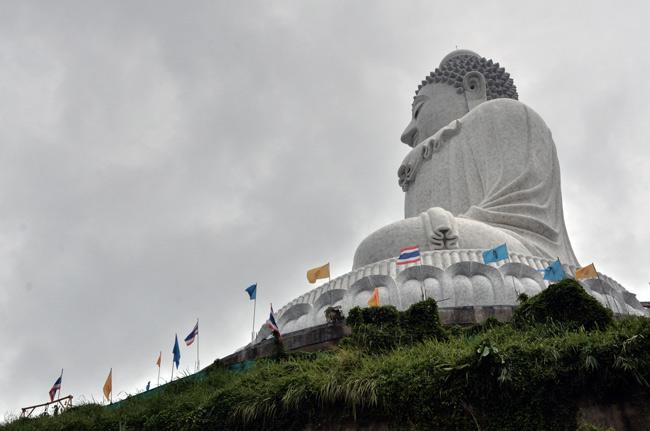 Foto lateral del Big Buddha, una estatua de 45 metros de Buda situada en Phuket (Tailandia)