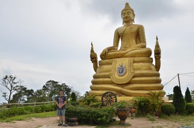 Una estatua dorada de Buda en el recinto del Big Buddha (Phuket, Tailandia)