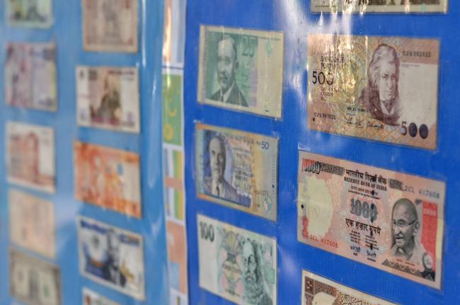Dinero de muchos países en junto al Big Buddha de Phuket (Tailandia)