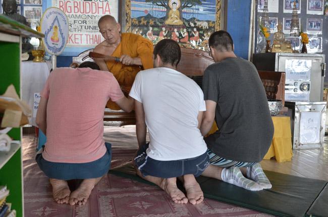 Monje bendiciéndonos en el Big Buddha de Phuket (Tailandia)