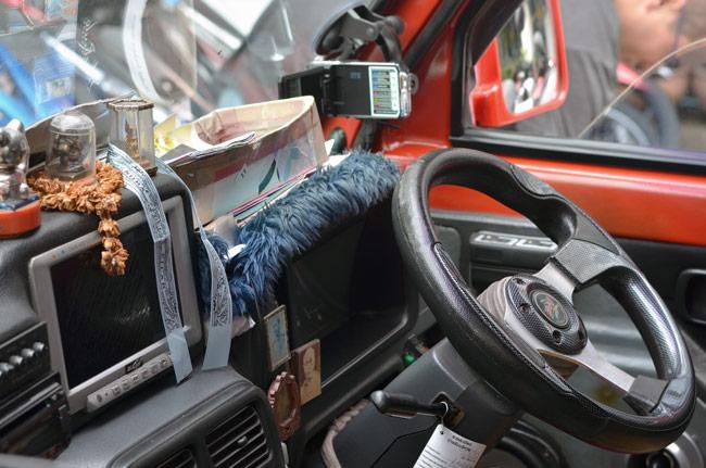 Cinta de la virgen del Pilar en un taxi de Phuket (Tailandia)