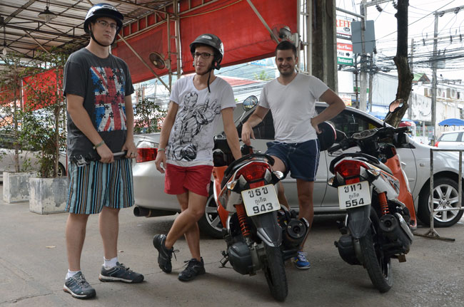 Con nuestras motos alquiladas en Patong (Phuket, Tailandia)