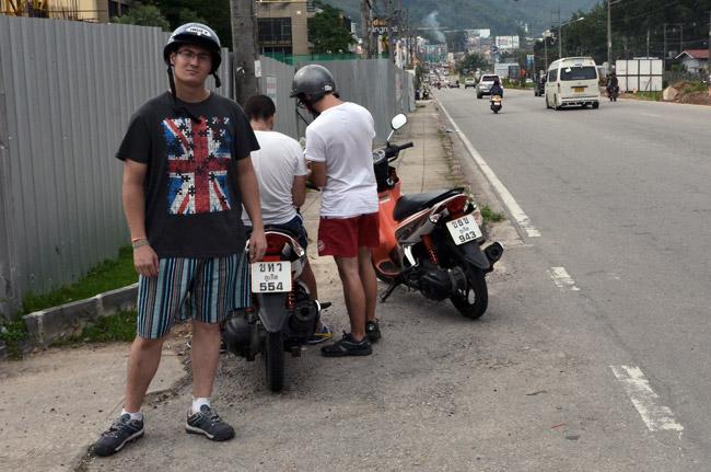 Parados en el arcén buscando la ruta a seguir con la moto alquilada por Phuket (Tailandia)