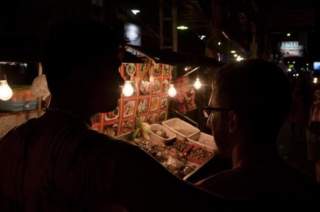 Un relaciones públicas trata de convencernos de algo en Patong (Phuket, Tailandia)