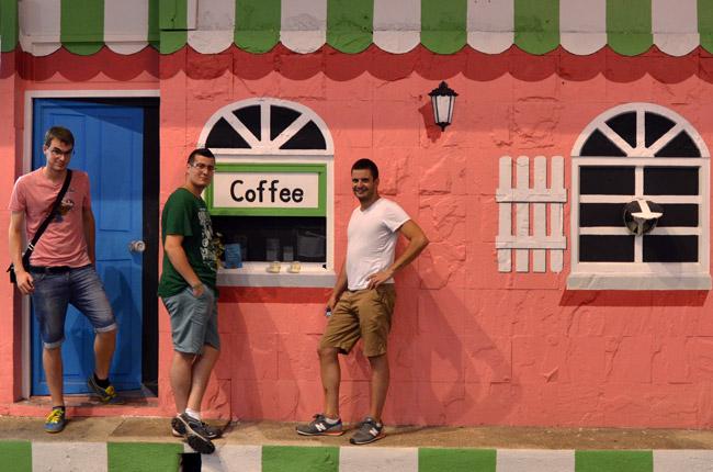 Café a la puerta del Trickeye Museum, en Phuket Town (Tailandia)