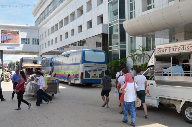 Haciendo trámites en Poi Pet, la frontera de Camboya con Tailandia