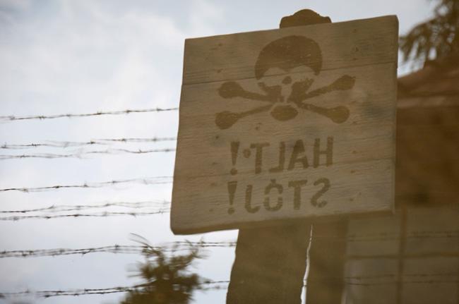 Cartel de peligro en campo de concentración de Auschwitz (Polonia)