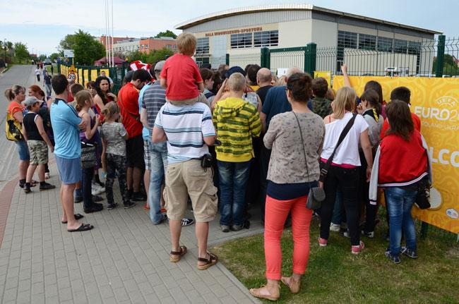 Un grupo de aficionados polacos guardan fila para ver el entrenamiento de la selección española en Gniewino (Polonia)