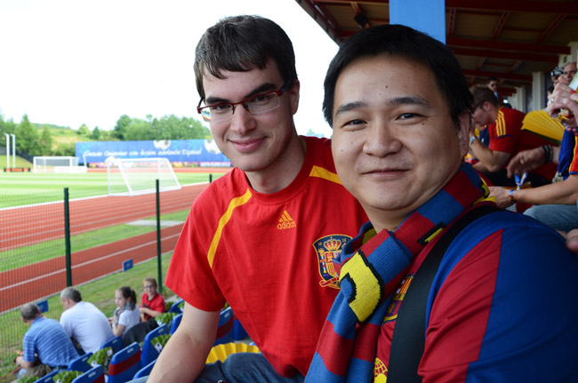 Un aficionado chino con un español en un entrenamiento de la Selección Española en Gniewino (Polonia)