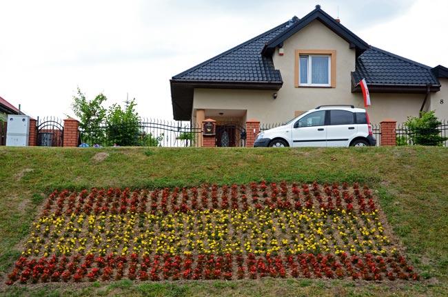 Un jardín de Gniewino (Polonia) con los colores de la bandera de España con motivo de la Eurocopa 2012