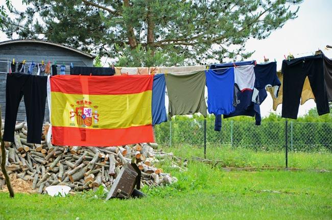 Un bandera española entre la colada de una familia de polacos en Gniewino (Polonia), el pueblo que acogió a la selección española durante la Eurocopa 2012