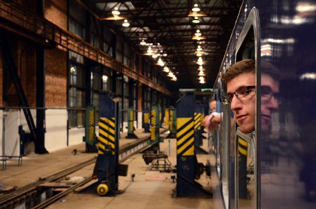 Un tren entre Polonia y Ucrania cambia sus ruedas en la frontera ante la atenta mirada de los pasajeros