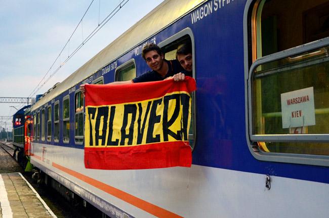Unos aficionados a la selección española muestran sus colores en un tren entre Polonia y Ucrania, durante la Eurocopa 2012