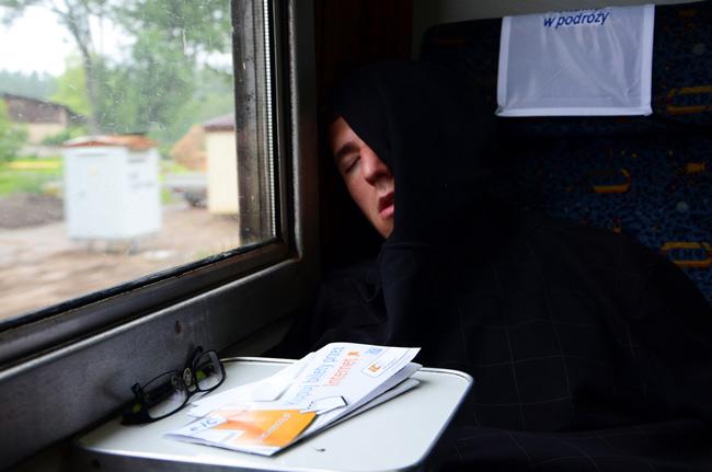 Diego en un viaje de tren entre Gdansk y Varsovia (Polonia)