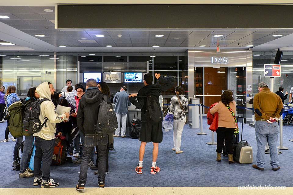 Aeropuerto de Miami. Puerta-de-embarque-(grupo)
