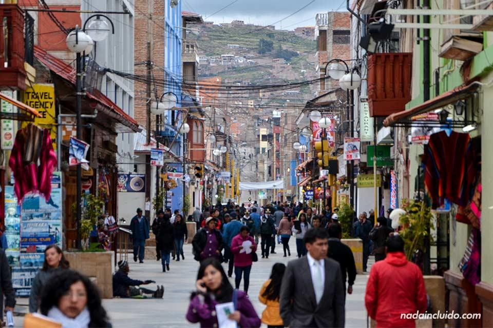 Calle Lima, en la ciudad de Puno (Perú)