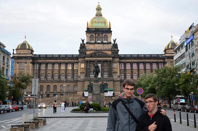 De turismo por la Plaza Wenceslao, en Praga (República Checa)