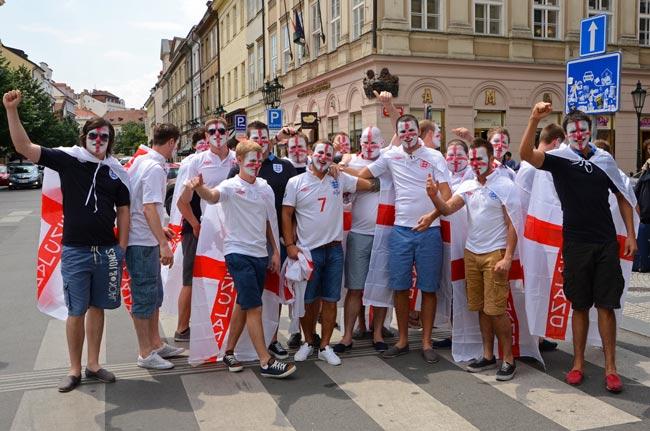 Grupo de aficionados ingleses en Praga (República Checa)
