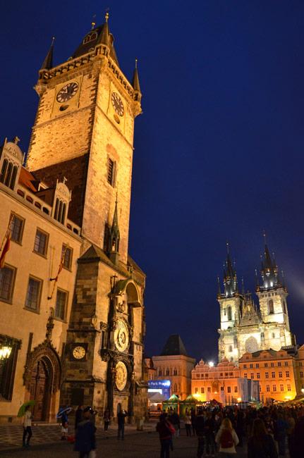 Torre del reloj de Praga (República Checa), iluminación nocturna