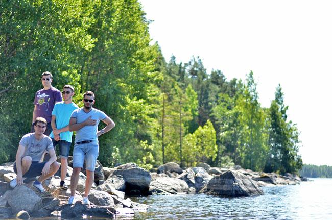 Parando a estirar las piernas a la orilla de un río en Finlandia