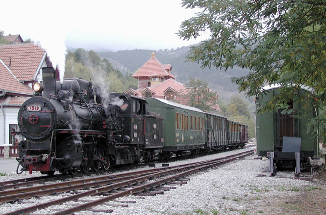 Tren esperando en Mokra Gora (Serbia)