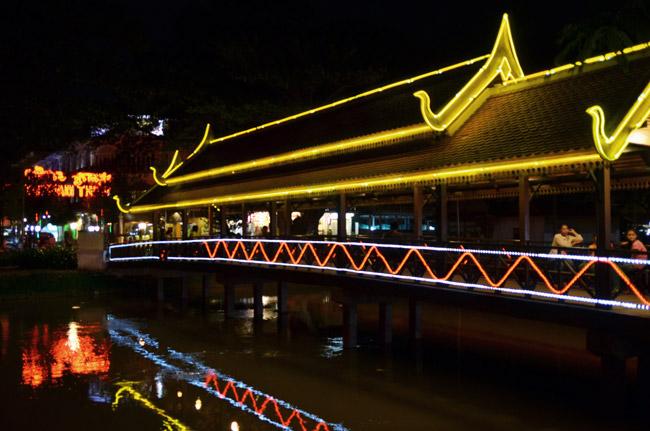Puente iluminado por la noche junto al Night Market de Siem Reap (Camboya)