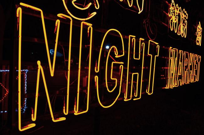 Cartel luminoso del Night Market en Siem Reap (Camboya)