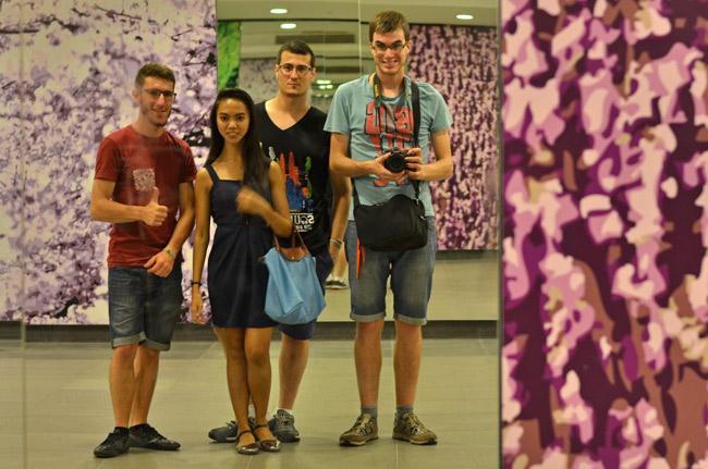 Con Krizha, nuestra anfitriona en Singapur en la parada de metro de Gardens by the bay