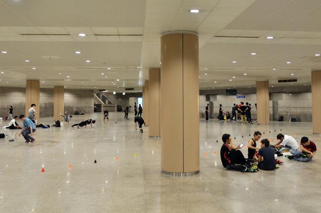 Bailarines de Break Dance en las estación de metro de Marina Bay (Singapur)