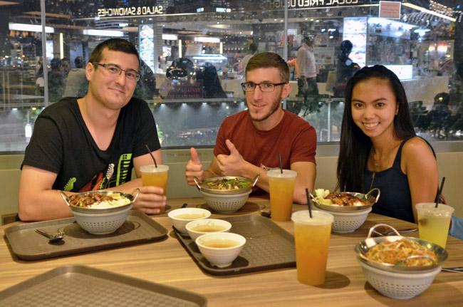 Comiendo con Krizha, nuestra anfitriona, en un restaurante de Marina Bay (Singapur)