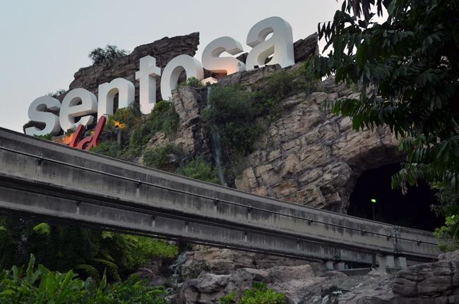 Cartel a la entrada de la isla de Sentosa, Singapur