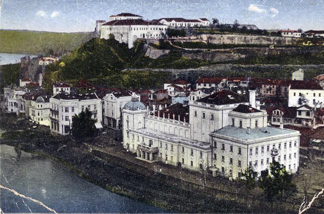 Foto de Skopje (Macedonia) antes de ser muy dañada por el terremoto de 1963. Vía Wikipedia