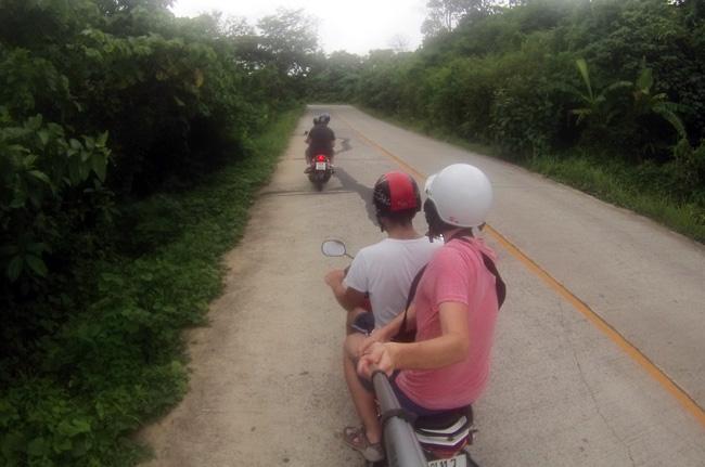 Recorriendo Phuket (Tailandia) en una moto alquilada