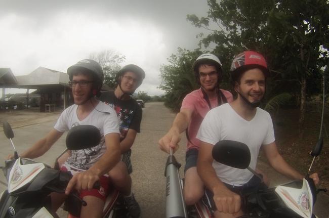 Con dos motos alquiladas recorriendo Phuket (Tailandia)