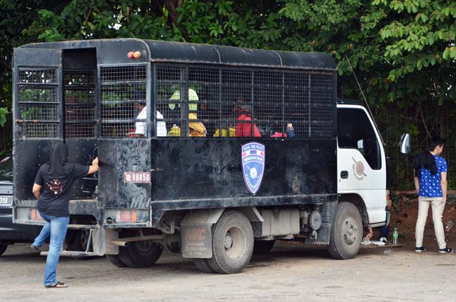 Camión para deportados en la aduana entre Tailandia y Malasia