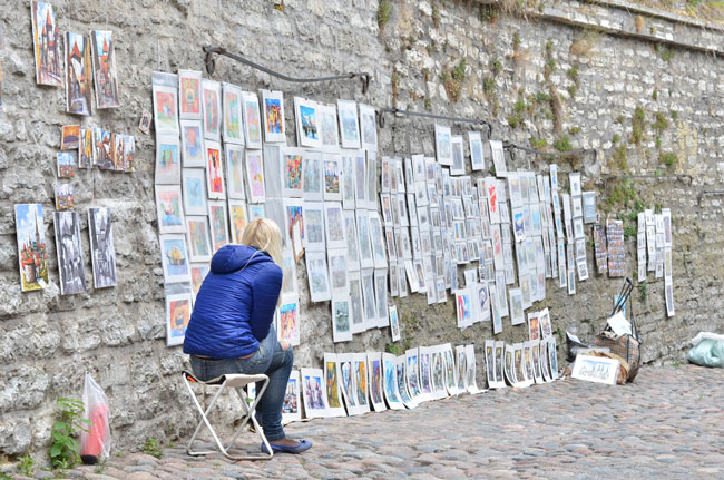 Vendedora de arte callejero en Tallin (Estonia)