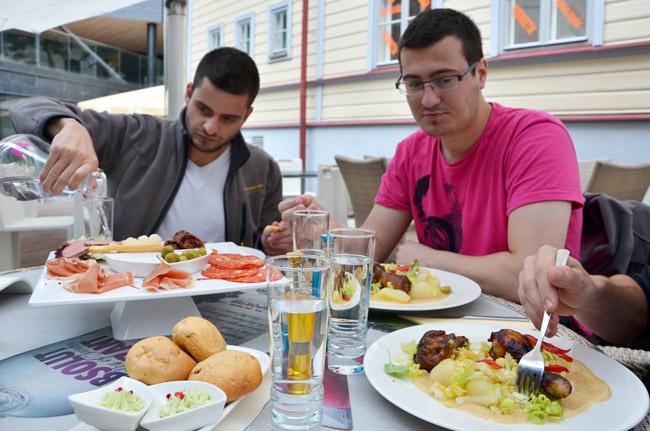 Comiendo en el restaurante Butterfly Lounge en Tallin (Estonia)