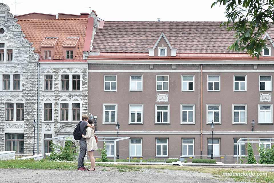 Pareja abrazándose en casco antiguo de Tallin (Estonia)