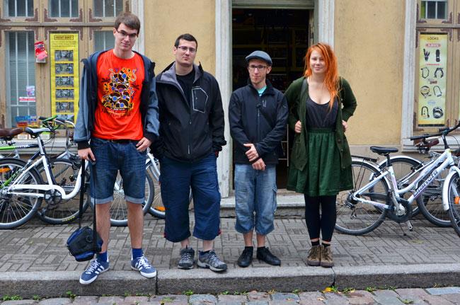 Con una finlandesa en una tienda de bicis de Tallín (Estonia)