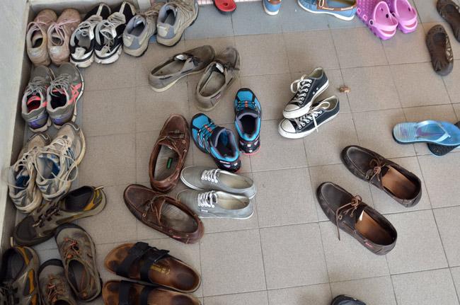 Zapatillas a la entrada del hostal Eight Mentig, en Tanah Rata (Cameron Highlnads, Malasia)
