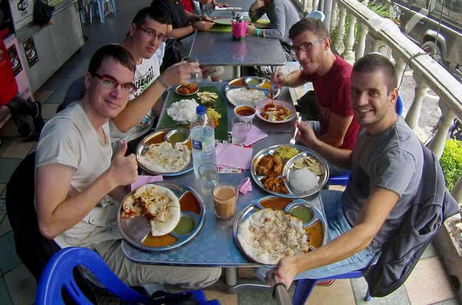 Comida en el restaurante indio Sri Brinchang vegetariano de Tanah Rata (Malasia)