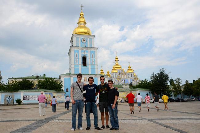 Aficionados españoles en el Monasterio de San Miguel, Kiev (Ucrania)