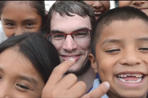 Sergio Otegui Palacios ayudando en Jicamarca, uno de los barrios más pobres de Lima (Perú)