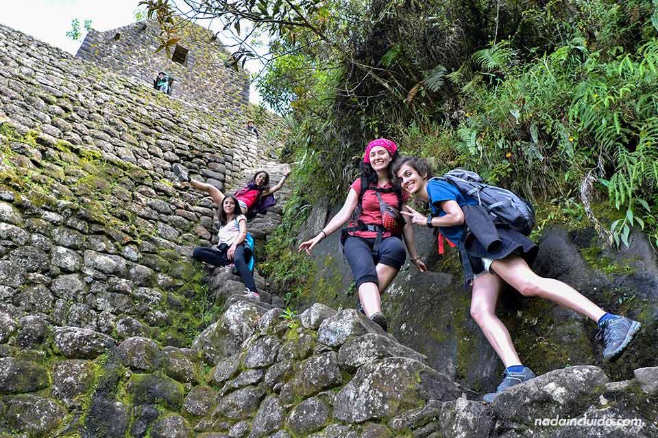 Grupo de turistas bajando del Wayna Picchu (Machu Picchu, Perú)