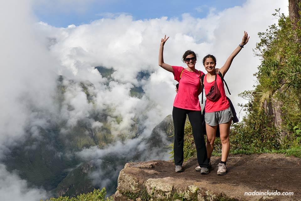Dos viajeras cerca de la cima del Wayna Picchu, en la ciudad sagrada del Machu Picchu (Perú)