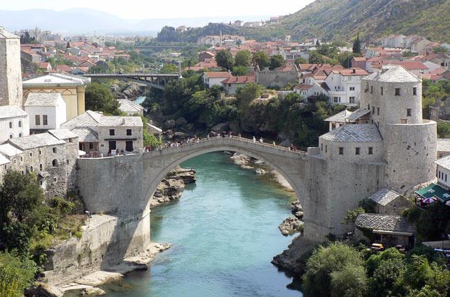 Puente en la ciudad de Mostar (Bosnia)